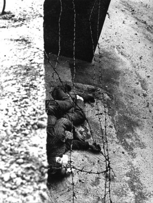 (FILES) File picture dated from 17 August 1962 shows Peter Fechter after being shot while trying to escape across the Wall in Berlin.             ANSA /DPA